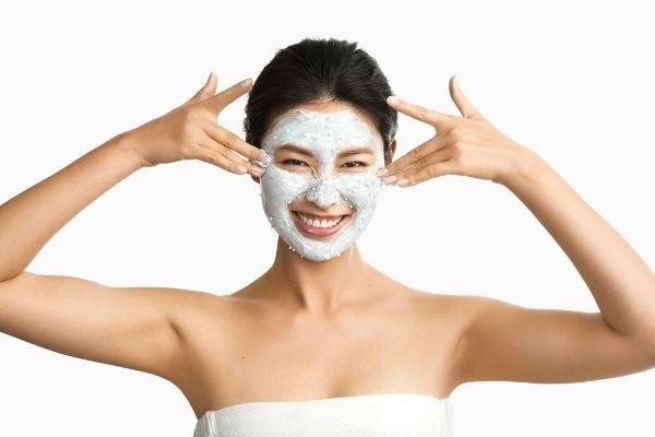 Dermalogican Hydro Masque Exfoliant -naamion kuorivat pallot aktivoituvat kosketuksesta ja vapauttavat hellästi kuorivia bambuhiukkasia. Valkohytykkä -sieni tehokosteuttaa ihoa